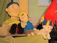 1 Erwachsener und ein Junge zusammen mit Piratenschwein