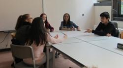 Arbeitsgruppe 4 Mädchen und 1 Junge am Tisch (Foto: Stadt Jülich)