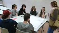 Arbeitsgruppe und Jugendmitarbeiterin im Gespräch (Foto: Stadt Jülich)