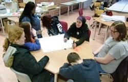 Arbeitsgruppe 7 Mädchen im Gespräch am Tisch (Foto: Stadt Jülich)