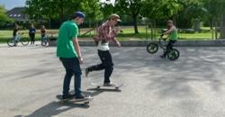 2 Jugendliche beim Skaten, 1 mit dem Fahrrad (Foto: Stadt Jülich)