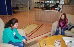 2 Mädchen der Gruppe im Gespräch (Foto: Stadt Jülich)
