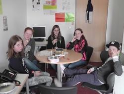 Gruppe Sportplatz an der Schirmerschule bei Diskussion (Foto: Stadt Jülich)