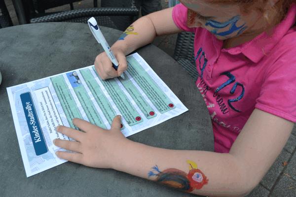 Kind beim Ausfüllen des Fragebogens (Foto: Stadt Jülich)