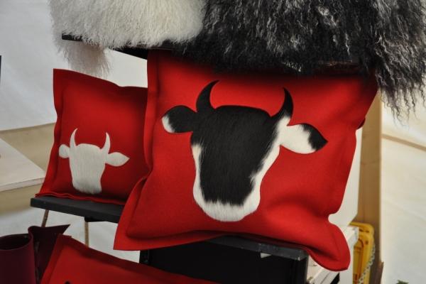 Bild: Ein rotes Kissen mit dem Kopfumriss einer Kuh.