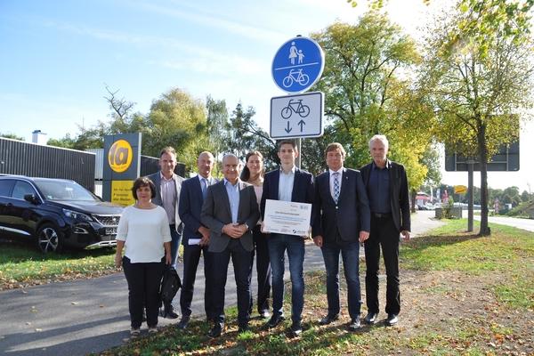 Bild: Die Kooperationspartner Stadt Jülich, Stadtwerke Jülich und Forschungszentrum Jülich eröffnen den neuen Radweg an der L253