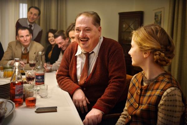 Bild: Männer und Frauen sitzen lachend um einen Tisch