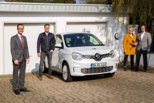 Bild: Max Lenzenhuber und seine Frau Anke Brand (r), Ivan Ardines (SWJ)  und Dirk Spenrath (Inhaber Renault Autohaus) (l). Foto: Looping Media - SWJ