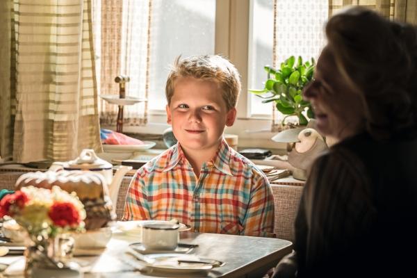 Bild: Hans-Peter sitzt lächelnd am gedeckten Tisch