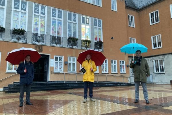 Bild: Das erste Fenster leuchtet: Bürgermeister Axel Fuchs, Stadtwerke-Chef Ulf Kamburg und Vertriebs- und Marketingleiter Ivan Arvides (v.r.n.l.)  vor dem Alten Rathaus