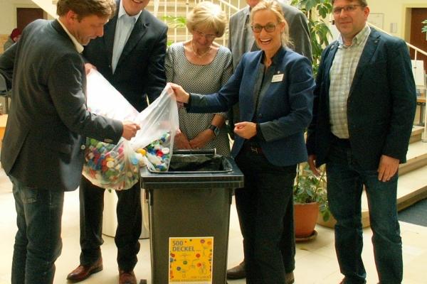 Bild: Der Rotary Club und Bürgermeister Fuchs präsentieren die Sammeltonne