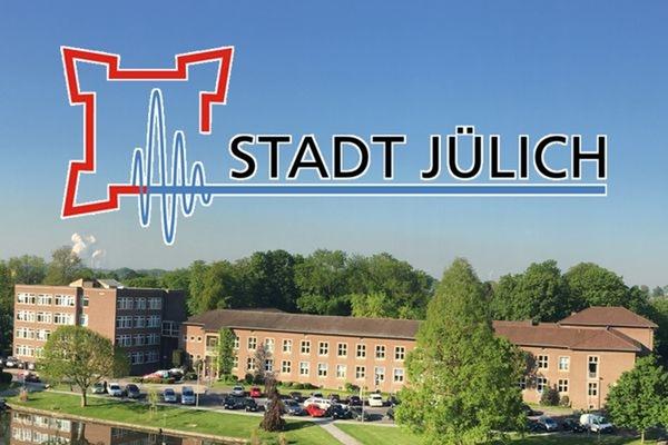 Bild: Neues Rathaus und das Logo der Stadt Jülich