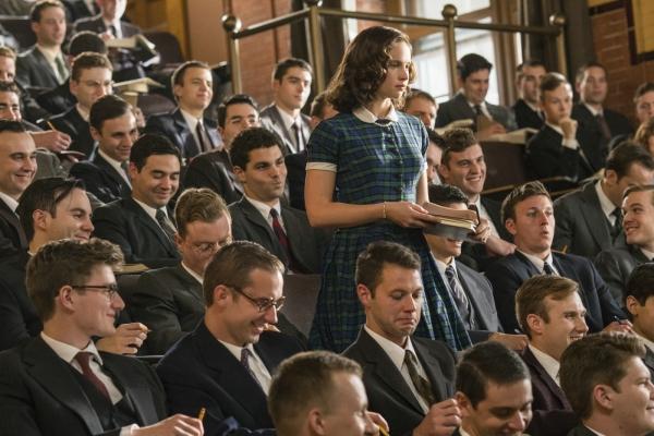 Bild: Ruth Bader Ginsburg  steht inmitten einer Studentenklasse, die nur aus Männern besteht.