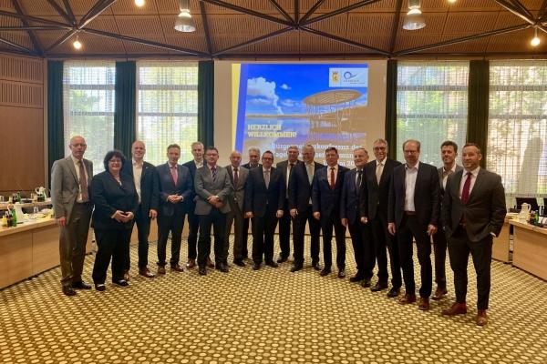 Bild: Gruppenbild der Bürgermeister der Tagebauanrainerkommunen (Halbkreis