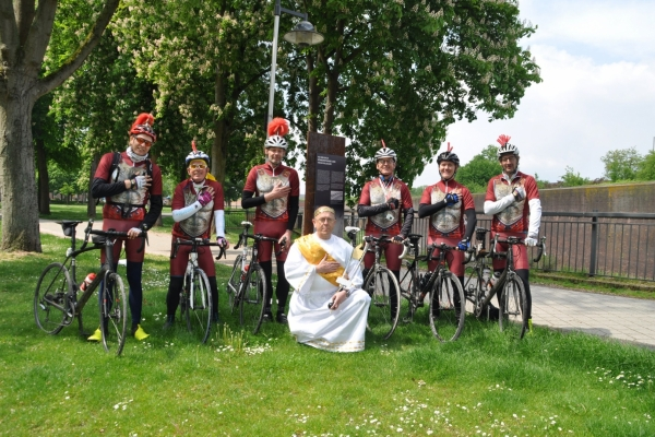 Bild: Vor derStelle der Via Belgica pausieren einige Radler in römischen Gewändern.