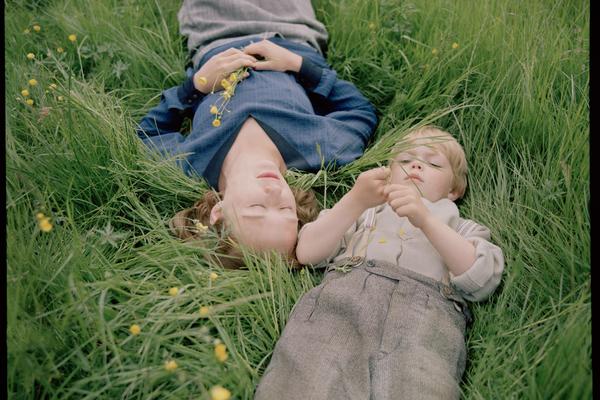 Bild: Astrid und ihr Sohn Lasse liegen im Gras.