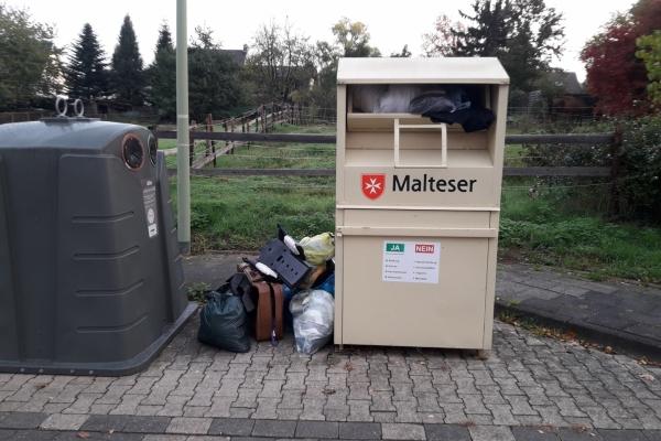 Bild: Überfüllter Altkleidercontainer