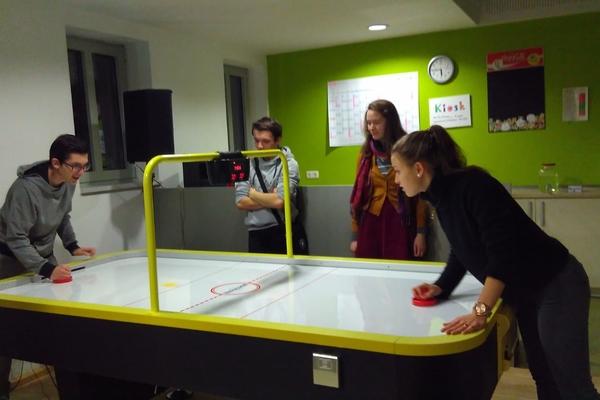 Bild: Mitglieder des Jugendparlaments beim Air-Hockey im städtischen Jugendheim.