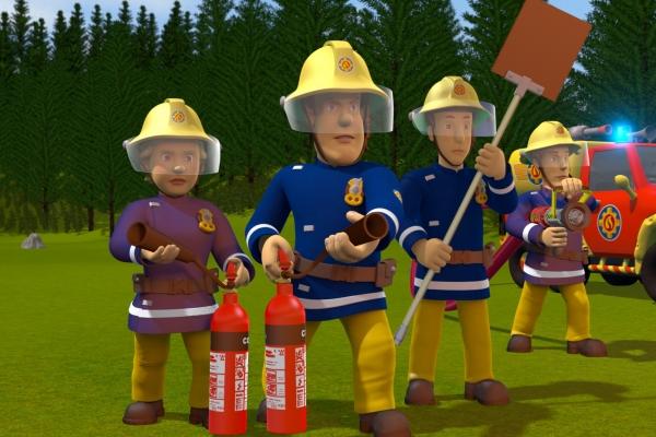 Bild: Sam mit 2 weiteren Feuerwehrmännern und eine Feuerwehrfrau