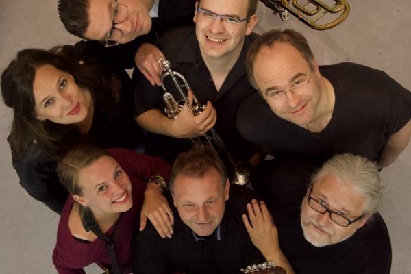 Bild: Gruppenbild der Band 6aus49 (von oben fotografiert)