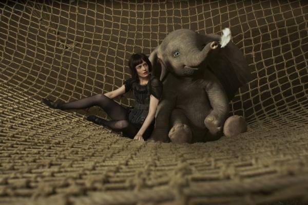 Bild: Dumbo und eine Artistin liegen im Netz