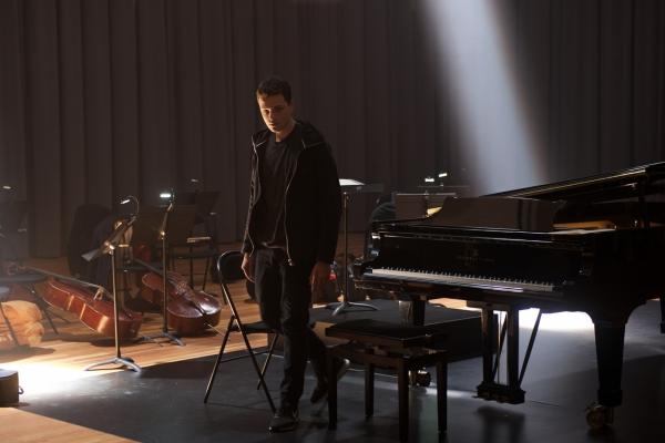Bild: Mathieu Malinski vor dem Klavier