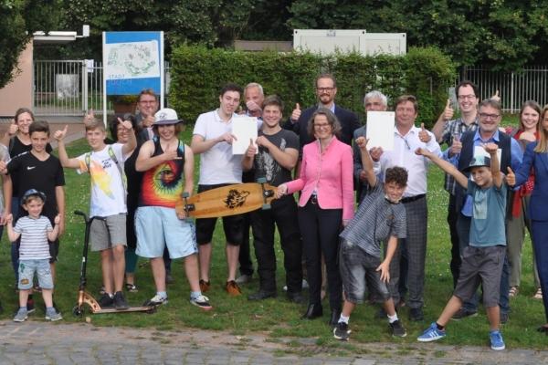 Bild: Ministerin Scharrenbach, Bürgermeister Fuchs u.a. Beteilige freuen sich