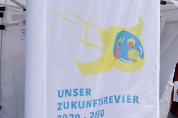Bild: Fahne mit dem Logo der Zukunftsagentur Rheinisches Revier
