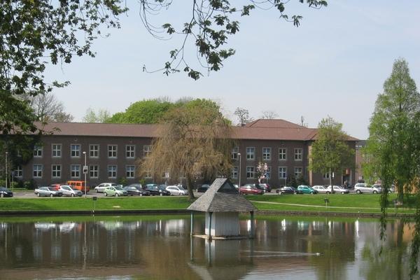 Bild: Das neue Rathaus mit Schwanenteich