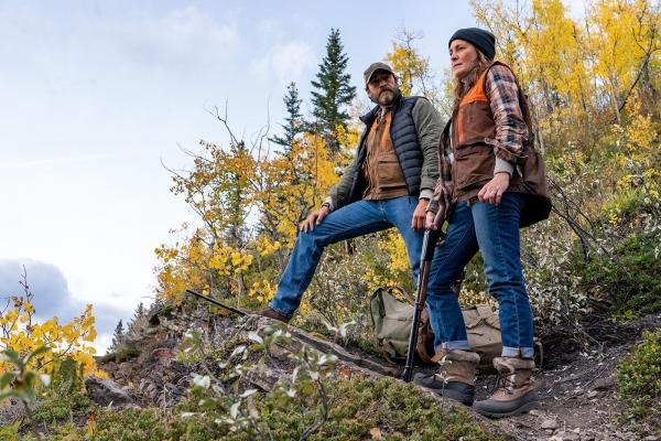 Bild: Ein Mann und eine Frau stehen auf einem Felsvorsprung.
