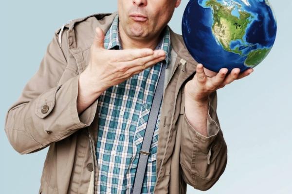 Bild: Will Hastenrah hält die Weltkugel auf einer Hand. Auf der Weltkugel steht eine Kirche und ein Bauernhof