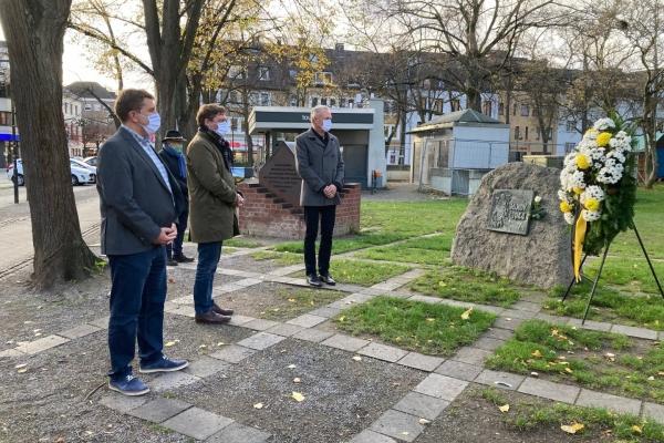 Bild: Bürgermeister Axel Fuchs, Beigeordneter Martin Schulz, Dezernent Richard Schumacher vor dem Mahnmal am Schloßplatz