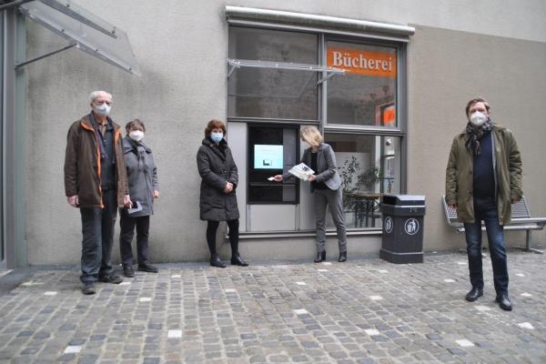 Bild: Bürgermeister Axel Fuchs (r.), Dezernentin Doris Vogel (3.v.l.), Birgit Kasberg (2.v.r.) - Leiterin der Stadtbücherei sowie Elisabeth Vietzke (2.v.l.) und Hermann Petri (l.) - Förderverein in Betrieb. Foto: Stadt Jülich/Gisa Stein