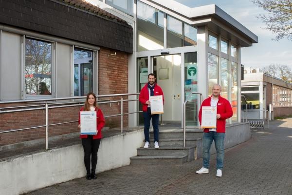 Bild: (v.l.). Kristina Weigandt, Ibrahim Güler und John Justen vom Kundenzentrum der Stadtwerke Jülich. Foto: Martina Chardin/Looping Medienagentur/SWJ