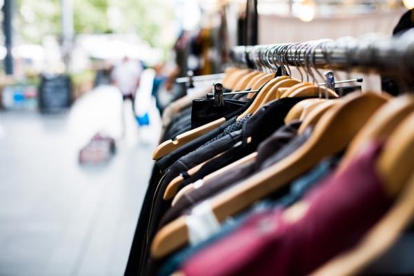 Bild: Eine voll behängte Kleiderstange (Foto: pixabay)