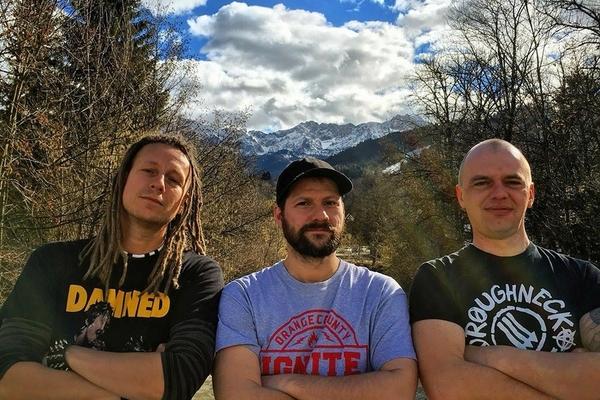 Bild: Die Bandmitglieder Skin of Taers vor einem Alpenpanorama.