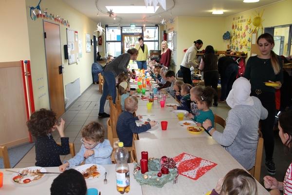 Bild: Kinder, Eltern und Personal genießen das Essen