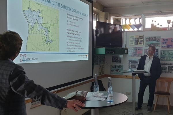 Bild: Bürgermeister Axel Fuchs und Dezernent Richard Schumacher informieren die Bevölkerung in Pattern.