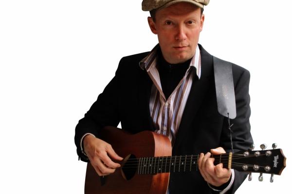 Bild: Philipp Oebel mit Gitarre