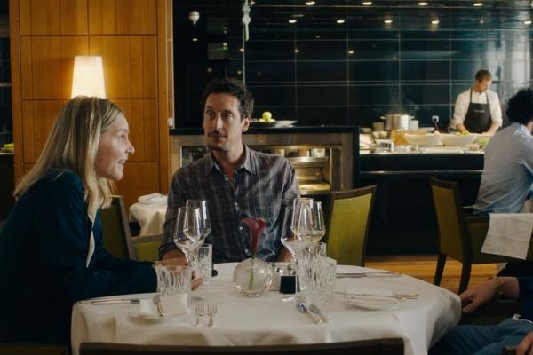 Bild: Eine Frau und 2 Männer sitzen an einem gedeckten Tisch