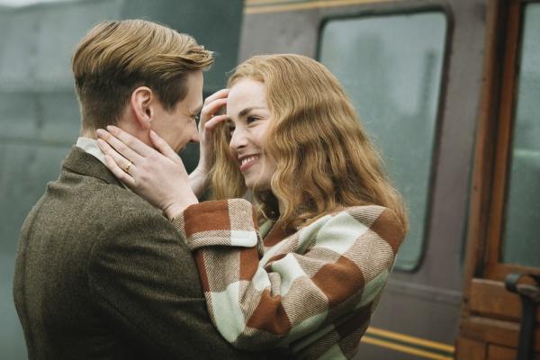 Bild: Bernd Trautmann  und Margaret liegen sich lächeln in den Armen.