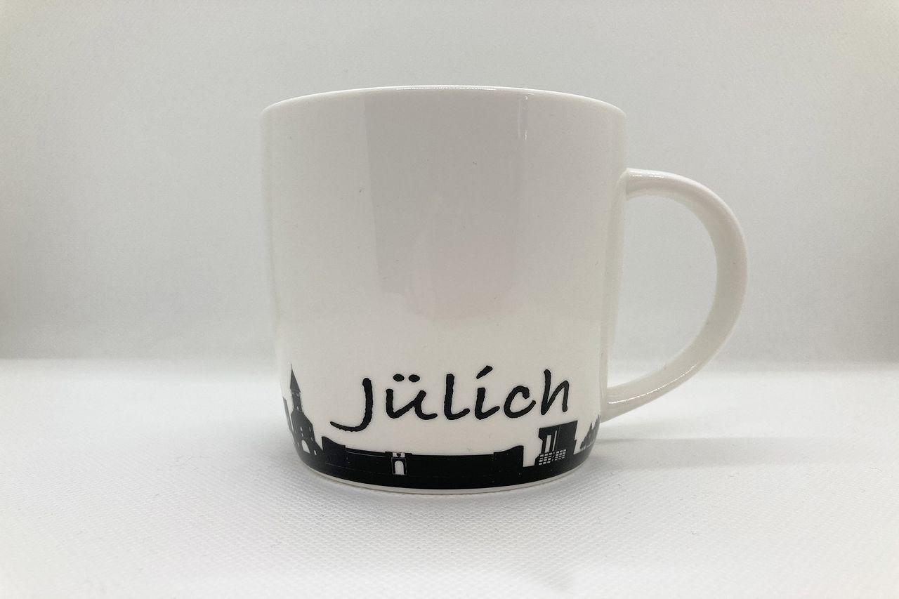 Weiße Tasse mit Henkel und schwarzem Skyline-Aufkleber